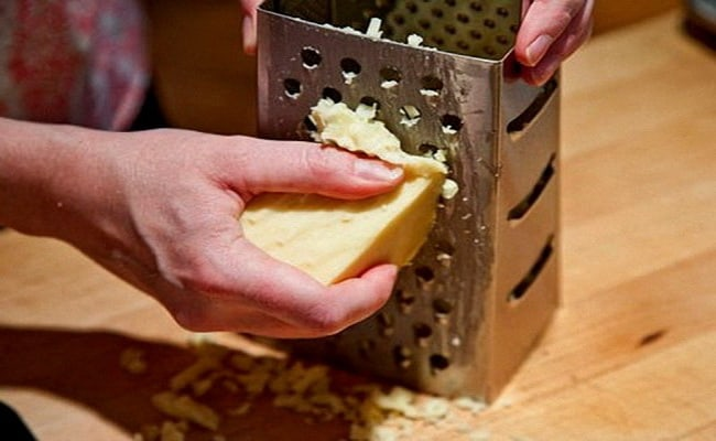 Натираем сыр и добавляем в картофельную смесь.