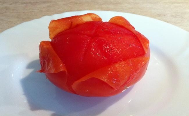 Первым делом, нам надо очистить помидоры от кожуры.
