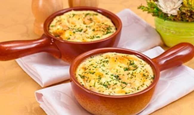 Подаем омлет с ветчиной, сыром и помидорами, приготовленный в духовке, к столу