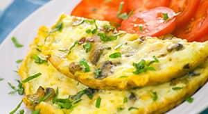 Подаем омлет с грибами и твердым сыром к столу