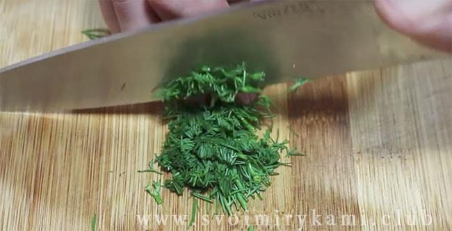 На доске для разделывания измельчите зелень