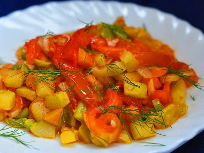 Овощное рагу получается обалденно вкусным с фаршем и кабачками
