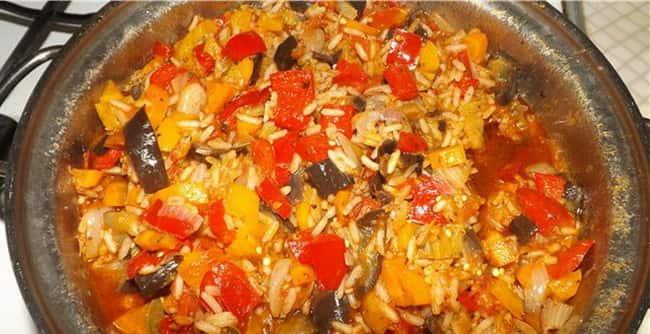 Подаем вкуснейшее овощное рагу с фаршем и рисом к столу