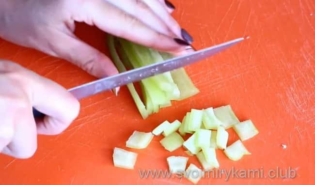 Перец режем соломкой или кубиками
