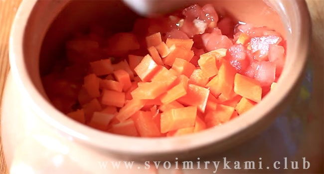 Высыпаем сверху нарезанную морковку
