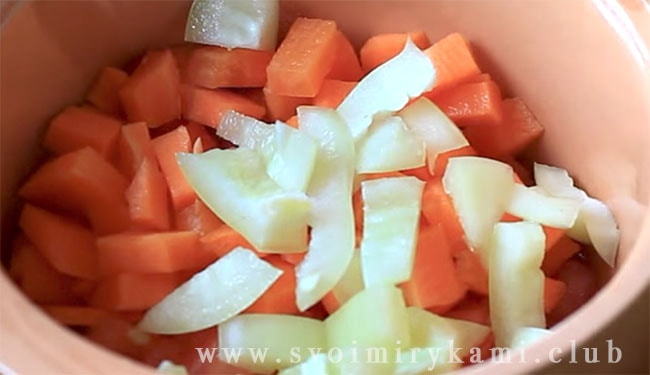 Распространите перец по слою моркови