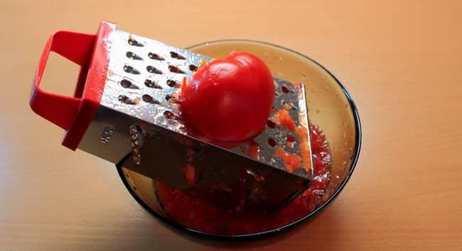 Натираем томаты на терке