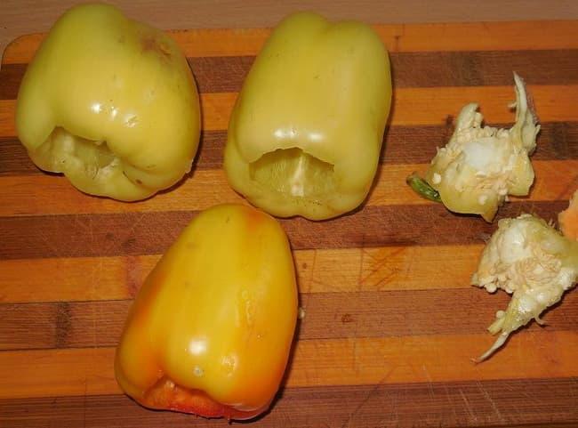 Очищаем перец от плодоножки и семян