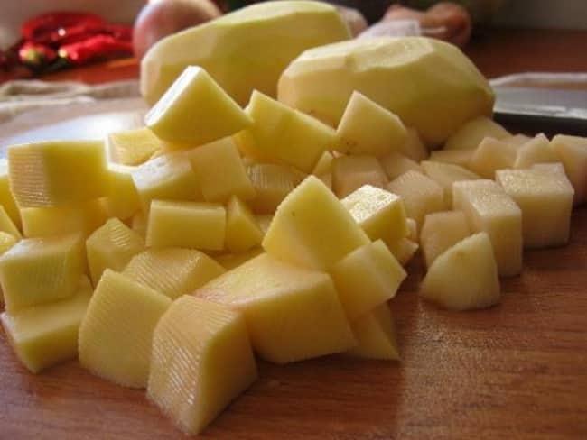 Нарезаем средними кубиками картофель