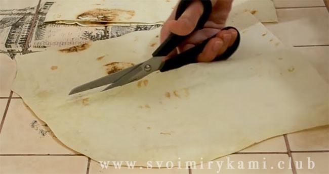 Разворачиваем лаваш и разрезаем его кухонными ножницами