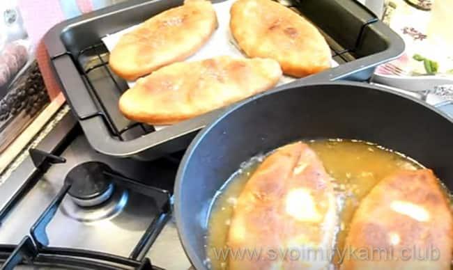 Жарим пирожки на сковороде