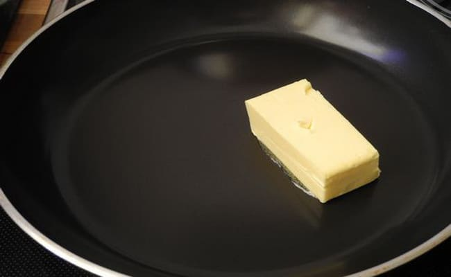 Теперь надо растопить сливочное масло на сковороде.
