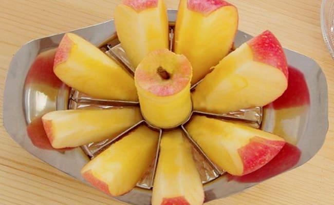 После того как промыли яблоки, разрезаем их на 8 частей.