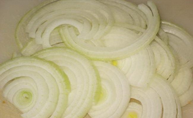 Теперь нужно нарезать лук полукольцами для запеканки с картошкой и грибами в духовке.