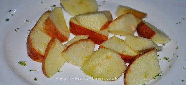 Нарезаем яблоко на дольки