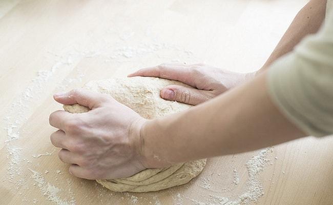 Спустя 5 минут месим тесто еще раз приблизительно 10 минут.