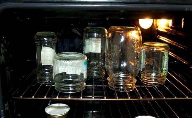 Стерилизуем банки и крышки в духовке.