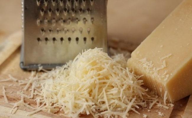Теперь нужно натереть твердый сыр на крупной терке.