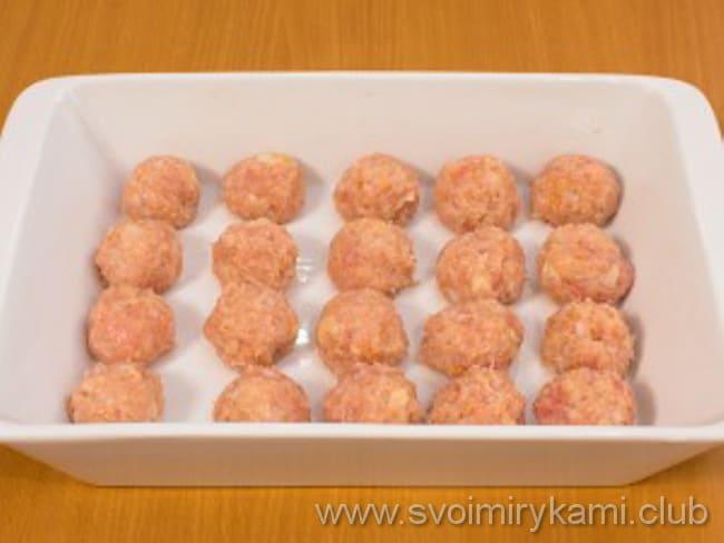 Готовим тефтели в сливочном соусе в духовке и формируем из фарша шарики