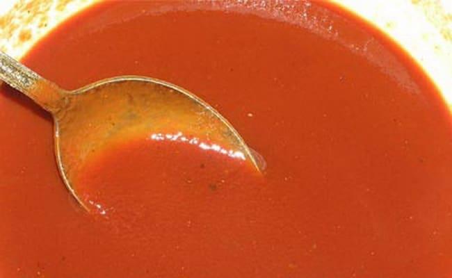 Смешиваем томатную с водой.