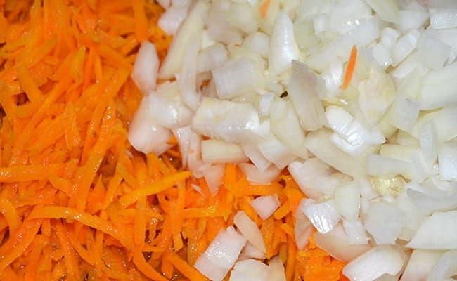 Мелко нарезаем лук, а морковь натрем на терке.
