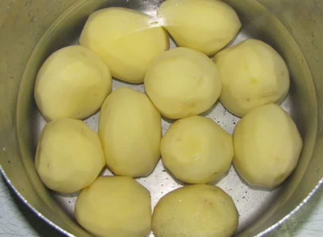 Чистим картофель и заливаем водой