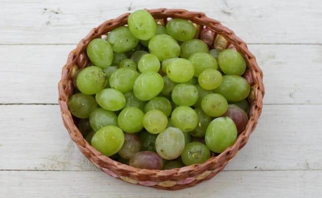 Ягоды винограда нужно снять с гроздей.