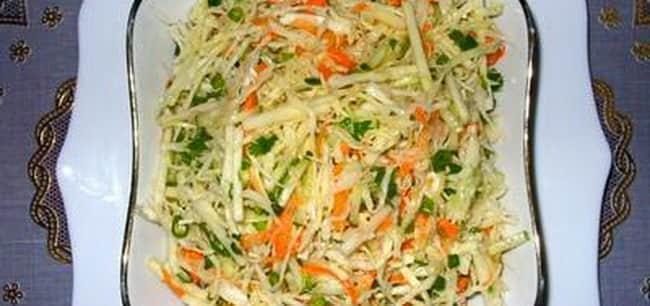 Витаминный салат с капустой и яблоками получился на славу