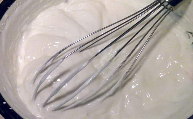 Взбиваем сметану с перцем и солью на средней скорости.