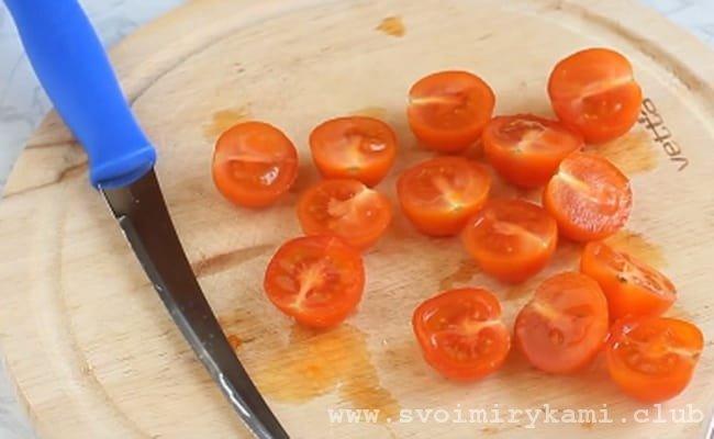 Разрезаем помидоры «черри» пополам.