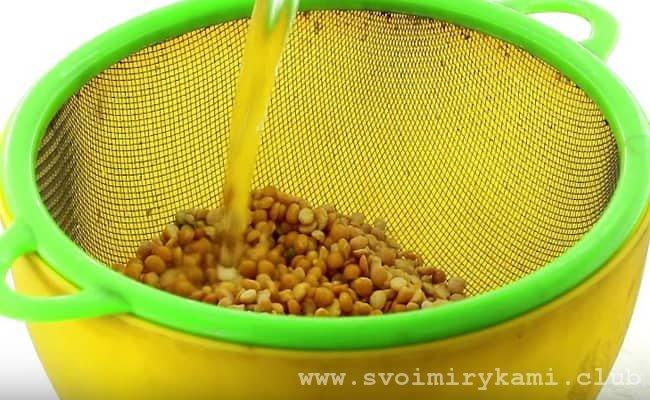 Для того что бы приготовить гороховую кашу в мультиварке скороварке нужно сначала промыть горох под проточной водой в дуршлаге.