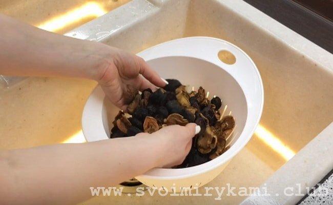Для начала нужно промыть в дуршлаге сухофрукты.