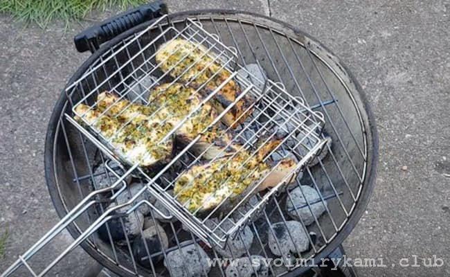 Жарим рыбные стейки на гриле по 5 минут с каждой стороны и блюдо готово!