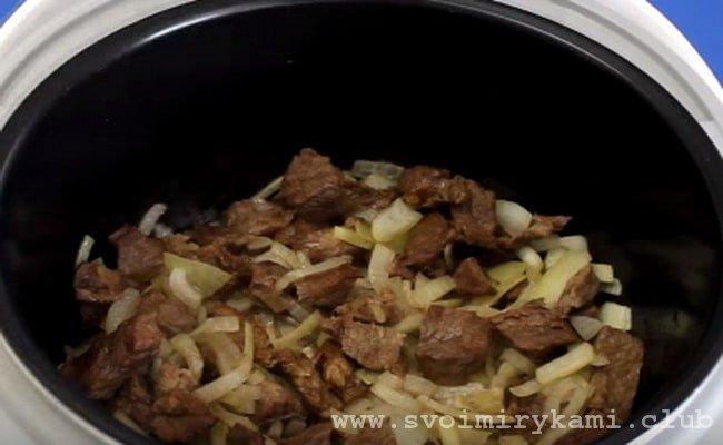 Шинкуем лук полукольцами и добавляем его к мясу.