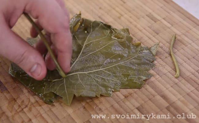 Что завернуть долму из свежих виноградных листьев сначала надо пообрезать стебли и промыть листья.