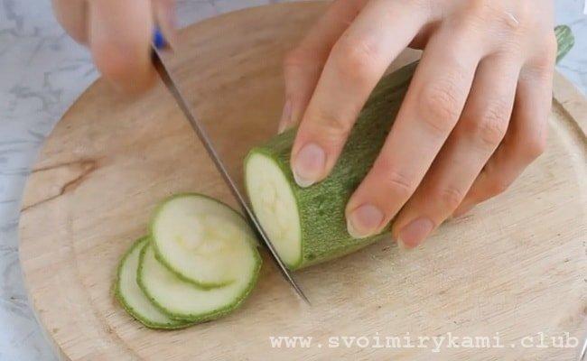 Нарезаем кабачки тонкими кружочками которые будут использованы в начинку для вегетарианской пиццы.