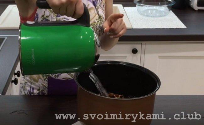 Теперь сложите в чашу мультиварки сухофрукты, посыпьте сахаром и залейте водой.