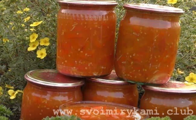 Лечо из перца и помидор без уксуса выкладываем в банки и закатываем.