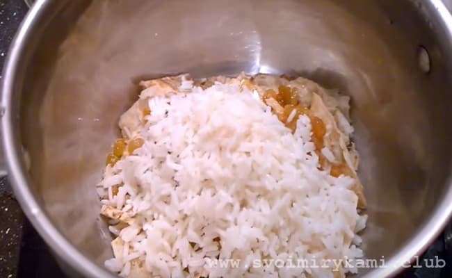 Берем глубокую кастрюлю ложем туда изюм и сверху рис, все это заливаем водой и варим до готовности.