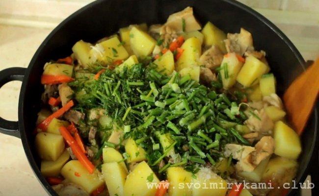 за 10 минут до готовности тушеной картошки с курицей и грибами добавляем зелень.