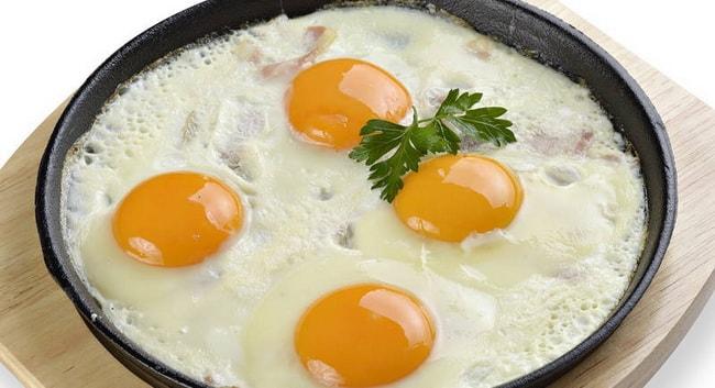 Вкуснейшая яичница с беконом готова.