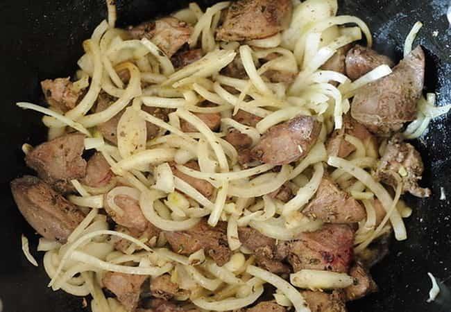 Поджариваем лук до мягкости и потом добавляем мясо.