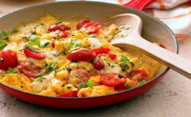 Наша яичница с помидорами и луком и колбасой готова!