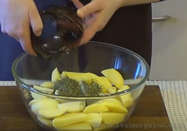 Картошка дольками в духовке - это рецепт, который потребует от вас минимум усилий.
