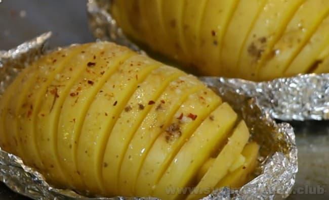 Такой рецепт запеченной картошки в духовке с сыром разительно отличается при подаче от более традиционных.