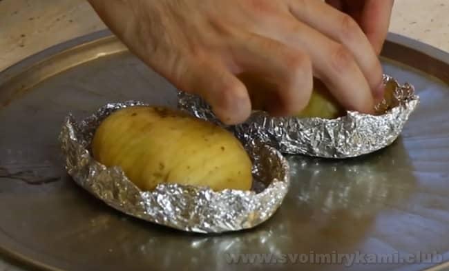 такой рецепт жареной картошки в духовке очень оригинальный.