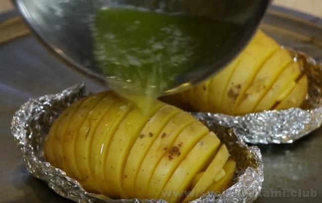 Это один из самых простых рецептов картошки в духовке, но зато он очень вкусный!