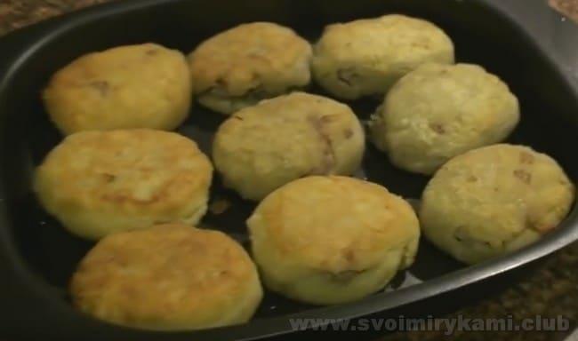 Согласно нашему рецепту, колдуны из картофеля с фаршем после обжарки можно немного протомить в духовке.