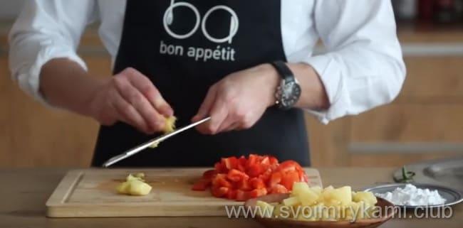 Что бы приготовить блюдо - курица в кисло сладком соусе с ананасами нужно очистить и натереть имбирь