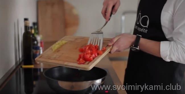 Что бы приготовить блюдо - курица в кисло сладком соусе с ананасами - обжариваем нарезанный перец, к нему добавляем помидоры